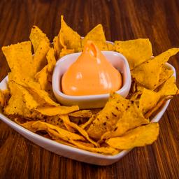Chips con Salsa Queso Cheddar