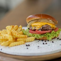 Cheese Burger y Papas Fritas.