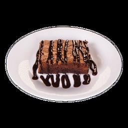 Brownie con helado bañado en sirope de chocolate