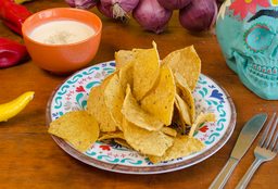 Nachos con salsa de queso cheddar