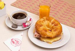 Croissant con Jamón y Queso + Café + Jugo Natural