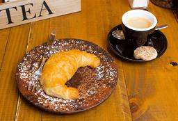 Café Americano o Espresso + Media Luna o Muffin