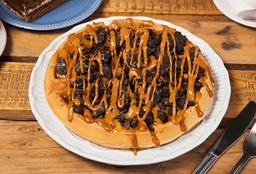 Waffle con manjar y topping de Oreo