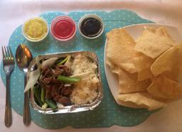 Carne mongoliano y arroz chaufán + Wantan frito (10 un)