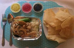 Pollo Champiñones con Arroz Chaufán + Wantán Frito