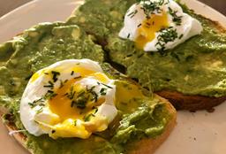 Tostadas Con Palta y Huevos Pochados