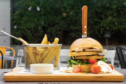 2 x 1 Tovar Burger XL + Papas Fritas + Bebida