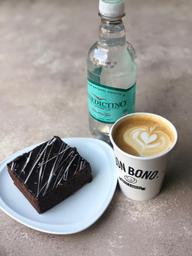 Café + brownie tradicional + agua benedictino