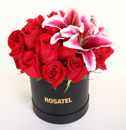 Sombrerera Negra con 15 Rosas y Liliums