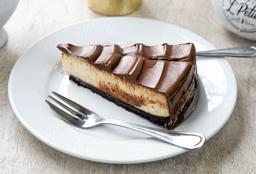 Porción de cheesecake nutella