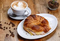 Café o Té a Elección con Croissant de Jamón Queso