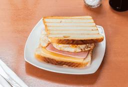 Sándwich Jamón, Queso y Huevo