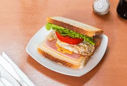Sándwich Jamón, Queso, Huevo, Tomate y Lechuga