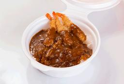Curry con camarón apanado sobre arroz