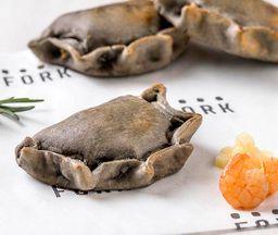 Empanadita chupe de camarón con masa tinta de calamar