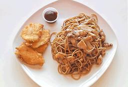 Yakisoba con pollo + pollo apanado (4 unid)