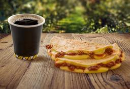 Quesadilla Chili Queso y Café