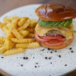 Avocado Burger y Papas Fritas.