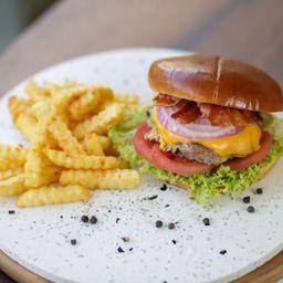 Bacon Cheese Burger y Papas Fritas.