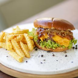Barbecue Cheese Burger y Papas Fritas.