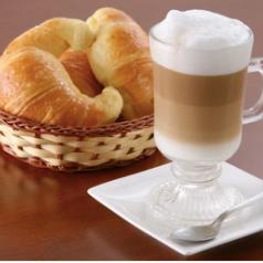 2 Medias Lunas y 2 Muffins con 2 Café O Té