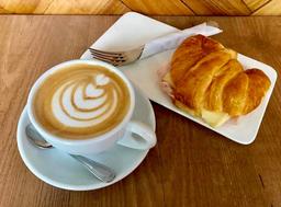 Croissant Jamón Queso + Cappucino