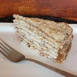 Trozo torta hojarasca manjar y nuez