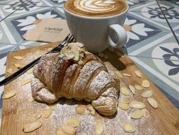 Café Cortado y Croissant de Almendra